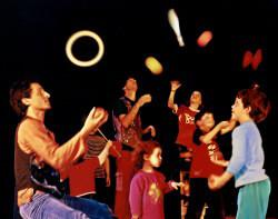 הלהטוטנים-מופעי קרקס לילדים-סדנאות להטוטים לילדים- ימי כיף לילדים -ימי הולדת לילדים