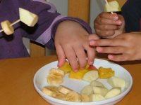 ילדים משפדים פירות
