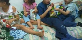 ילדים אוכלים חטיף