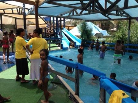 בריכה ומגלשות מים בפארק מעיין צבי אתר לגדול