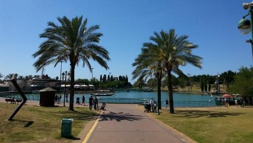 פארק רעננה-אגם במרכז הפארק המותאם למשפחות לילדים לבילוי משפחתי בכל ימות השבוע