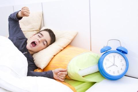 איך להעיר את הילד בזמן לבית הספר ולעודד ללמידה יעילה