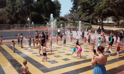 מזרקת מים לילדים בפארק יד לבנים פתח תקווה